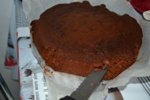 Découpe du dessus du gâteau au couteau scie dans l'epaisseur