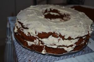 Ganache chocolat blanc étaler sur gâteau trouer