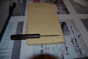 découpe de la pâte feuilleté plier en bandelettes