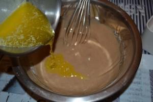 ajout du beurre fondu à la pâte