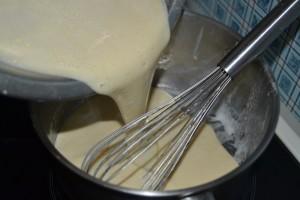 crème verser dans la casserole pour épaissir