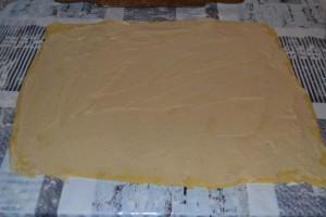 crème pâtissière étaler sur rectangle de pâte à brioche