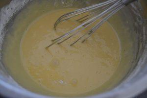 farine tamisée et levure mélanger à la préparation