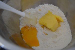 farine, sucre semoule, beurre mou et jaunes d'œufs