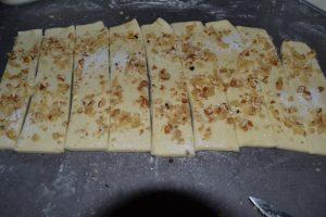 Bandes de pâte au noix découper