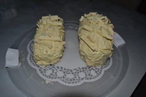 cake glacer au chocolat blanc et décorer de morceaux de chocolat