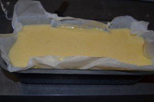 pâte à gâteau verser dans le moule à cake