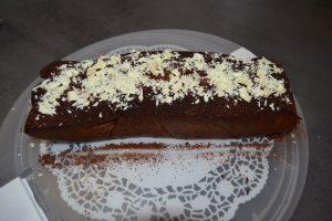 copeaux de chocolat blancs déposer sur le cake