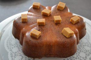 cube caramel poser sur le cake banane