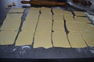 découpe de la pâte en carré 8 x 8 cm