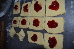 ajout de la confiture sur les carrés de pâte