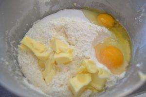 farine, beurre et œufs incorporer à la préparation