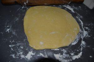 pâte aplatie sur 2cm d'épaisseur