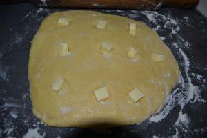 carrés de beurre déposer dans les trous