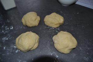 4 boules de pâte couper