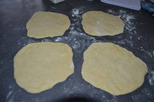 boules de pâte étaler en disques