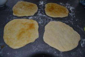 3 disques de pâte badigeonner de beurre/ sucre