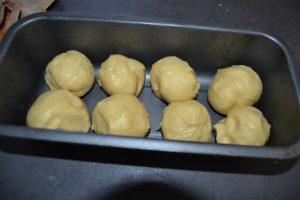 8 boules de pâte dans le moule