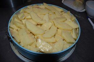 pommes imbibées  de préparation verser dans le moule