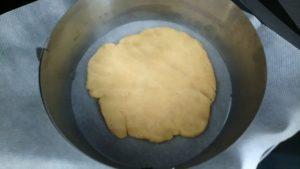 pâte aplatie et déposer dans un moule