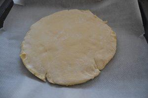 pâte étaler en cercle sur 1cm d'épaisseur