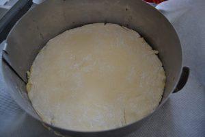 pâte déposer dans un cercle à pâtisserie