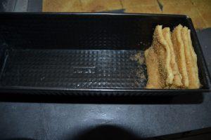 carré de pâte empilé déposer dans le moule à cake