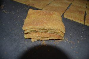 carré de pâte empilé les uns sur les autres