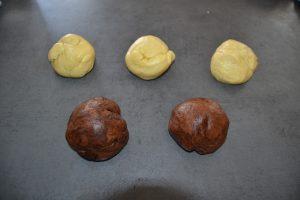 3 boules de pâte vanillée  2 boules de pâte cacao