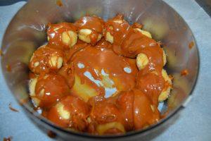 caramel verser sur les boules de pâte