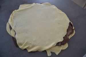 terminé par un disque de pâte vanillée