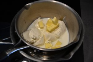 fromage frais, beurre coupé en morceaux, et lait