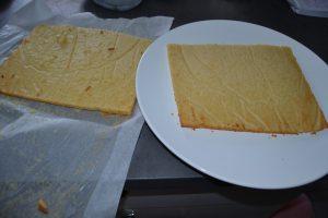 gâteau  vanille coupé en 2