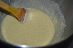 œufs mélanger à la pâte