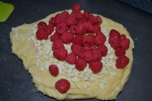 pépites de chocolat blanc et framboises sur la pâte