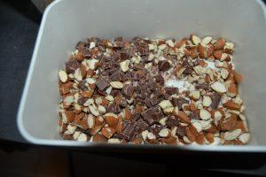amandes concassées grossièrement et pépites de chocolat