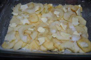 pomme saupoudrer de sucre et morceaux de beurre