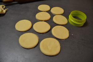 cercle découpé dans la pâte à beignets