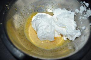 ajout de la moitié des blancs en neige  sur le mélange jaunes /oeufs et sucre
