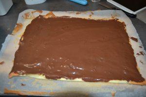 ganache chocolat lait étaler sur le biscuit coté croûte