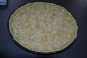 compotée de poires déposer sur la pâte sucrée