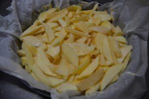 pommes déposer sur la pâte