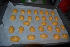 biscuits déposer coté plat sur une plaque