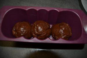 boules de pâte dans le moule à cake