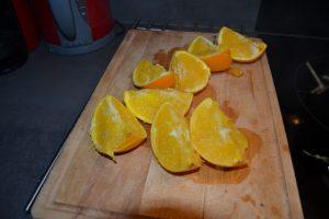 oranges cuites coupé en gros quartiers