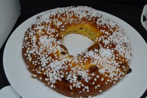 couronne badigeonner de confiture d'abricots et parsemer de sucre grains