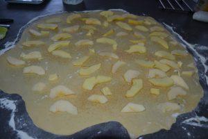 lamelles de pommes sur la pâte