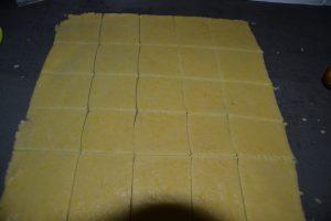 carré de pâte découpé dans la pâte