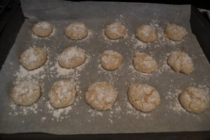 Amaretti saupoudrer de sucre glace à la sortie du four