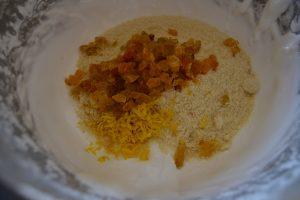 ajout a la meringue la poudre d'amande, les raisin hachés, le zeste de citron et le rhum